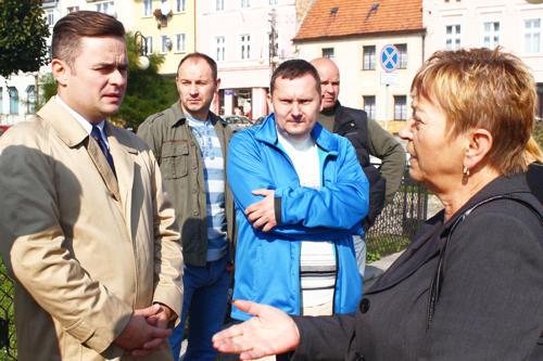 Adam Hofman i Piotr Babiarz spotkali się na wiązowskim Rynku z mieszkańcami