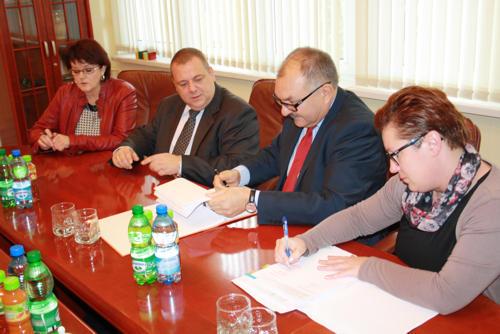 Podpisanie umowy na termomodernizację strzelińskiego Ogólniaka