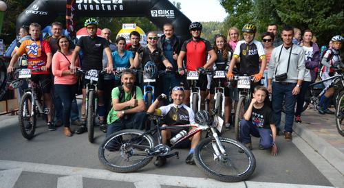 Wiązowscy kolarze, ich najbliżsi oraz przedstawiciele władz gminy i klubu na mecie ostatniego w tym roku Maratonu