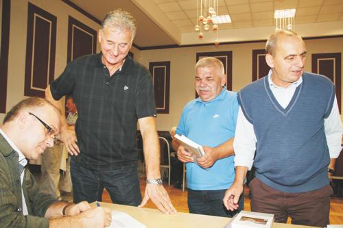 Podczas spotkania ks. dr hab. Tomasz Błaszczyk podpisywał emerytowanym żołnierzom swoje książki