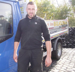 W ciągu ostatnich trzech miesięcy właściciel składu opału w Wiązowie, Łukasz Adamczyk, odsiał z węgla ok. 70 ton miału
