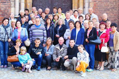 Pamiątkowe zdjęcia na schodach Bazyliki mniejszej w Ziębicach
