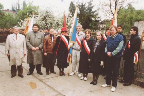 """Poczet sztandarowy NSZZ """"Solidarność"""" Ziemi Strzelińskiej w 1991 roku. Z prawej Janusz Czachorowski, obok stoi Teresa Malczyk-Rozenek (autorka wywiadu)"""
