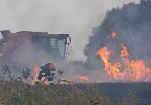 Niezwykle dramatycznie wyglądała akcja gaszenia płonącego na pniu zboża w Gościęcicach. Tuż przed wielką ścianą ognia jeździł kombajn, który próbował skosić zboże, odcinając tym samym strefę ognia od nieobjętego jeszcze płomieniami pola