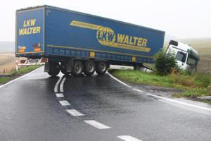 Ciężarówka, która wpadła do rowu, przez kilka godzin utrudniała przejazd