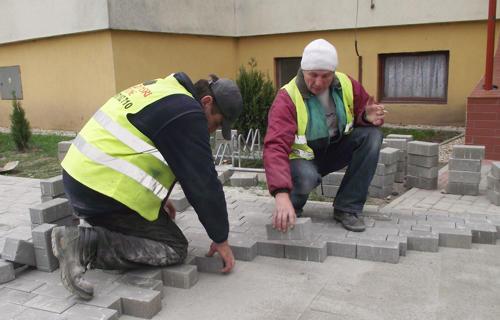 Jeszcze w tym miesiącu ma zakończyć się remont chodnika przy ul. Grota Roweckiego w Strzelinie