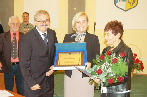 Przewodniczący Rady Miejskiej Strzelina Zdzisław Rataj i burmistrz Strzelina Dorota Pawnuk wręczyli Julii Baraniak bukiet oraz odznaczenie Zasłużony dla Gminy Strzelin