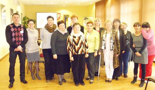 Uczestniczki i prowadzący seminarium pozowali do wspólnego zdjęcia
