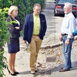 Burmistrz Dorota Pawnuk w towarzystwie Edwarda Balcera (po prawej) oraz Mirosława Stępnia wizytowała ul. Popiełuszki