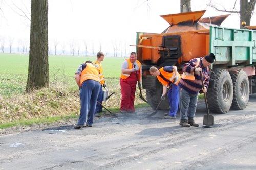 Powiatowy Zarząd Dróg wykorzysta jeszcze 250 ton masy asfaltowej na łatanie dziur w drogach