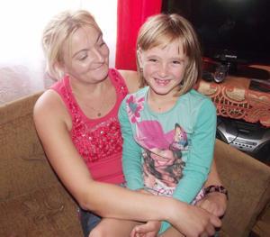 Marlenka Król to szczęśliwa i uchmięchnięta sześciolatka. O tym co się stało w strzelińskim szpitalu, przypominają jej blizny na ciele (na zdjęciu z ciocią Martą Pawłowiec)