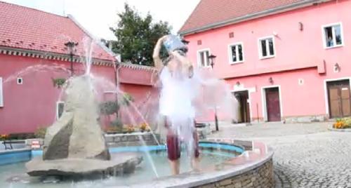 Wójt Wojciech Bochnak wylał na siebie kubeł zimnej wody w fontannie przed urzędem w Kondratowicach