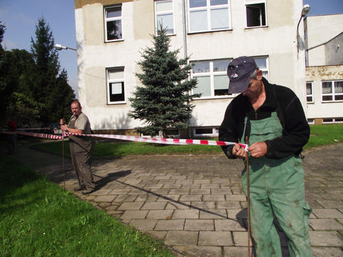 Rozpoczęła się termomodernizacja Zespołu Szkół Publicznych w Borowie. Na początku pracownicy ogrodzili taśmą teren budowy