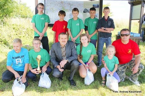 Najlepsza drużyna zawodów - młodzieżowcy - wraz z burmistrzem Jerzym Krochmalnym (w środku) i opiekunem Adamem Kowalskim (z prawej)
